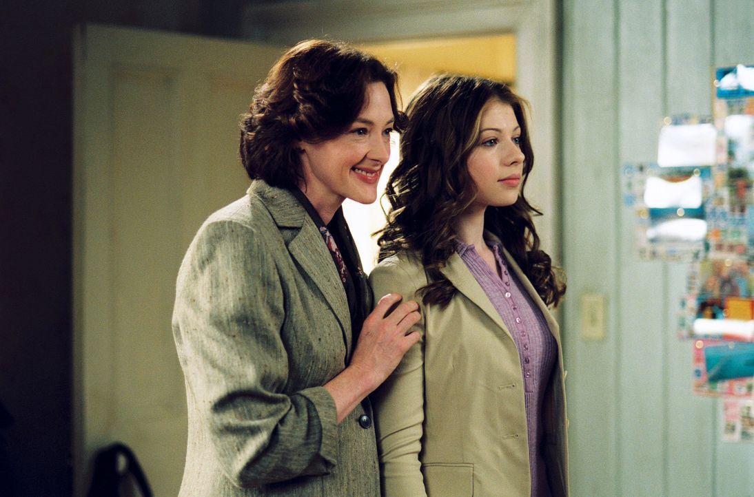 Casey (Michelle Trachtenberg, r.) hat nur einen Traum: Sie will Eistänzerin werden. Doch davon will ihre Mutter Joan (Joan Cusack, l.) nichts wisse... - Bildquelle: 2005 Disney Enterprises, Inc.