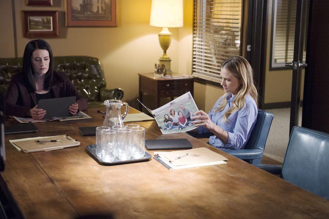 Noch haben Prentiss (Paget Brewster, l.) und JJ (AJ Cook, r.) keine Spur, wer für den Mord an den Familien zweier Schüler verantwortlich ist. Doch d... - Bildquelle: Neil Jacobs ABC Studios
