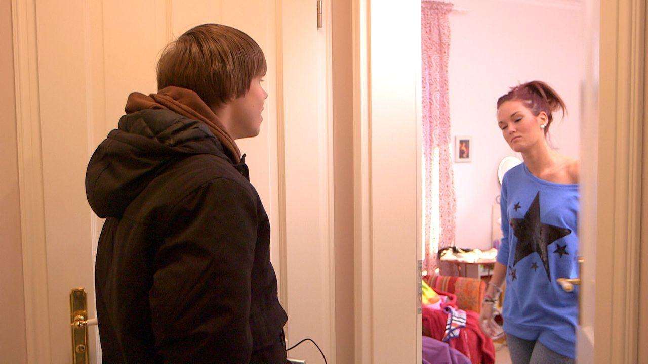 Ronny (l.) ist voller Hoffnung. Er hat ein Liebeslied für seinen Schwarm Michelle (r.) komponiert. Doch wird der Song bei ihr gut ankommen? - Bildquelle: SAT.1