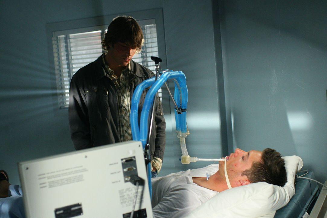 Sam (Jared Padalecki, l.) ist verzweifelt, als er seinen Bruder Dean (Jensen Ackles, r.) regungslos im Krankenzimmer liegen sieht ... - Bildquelle: Warner Bros. Television