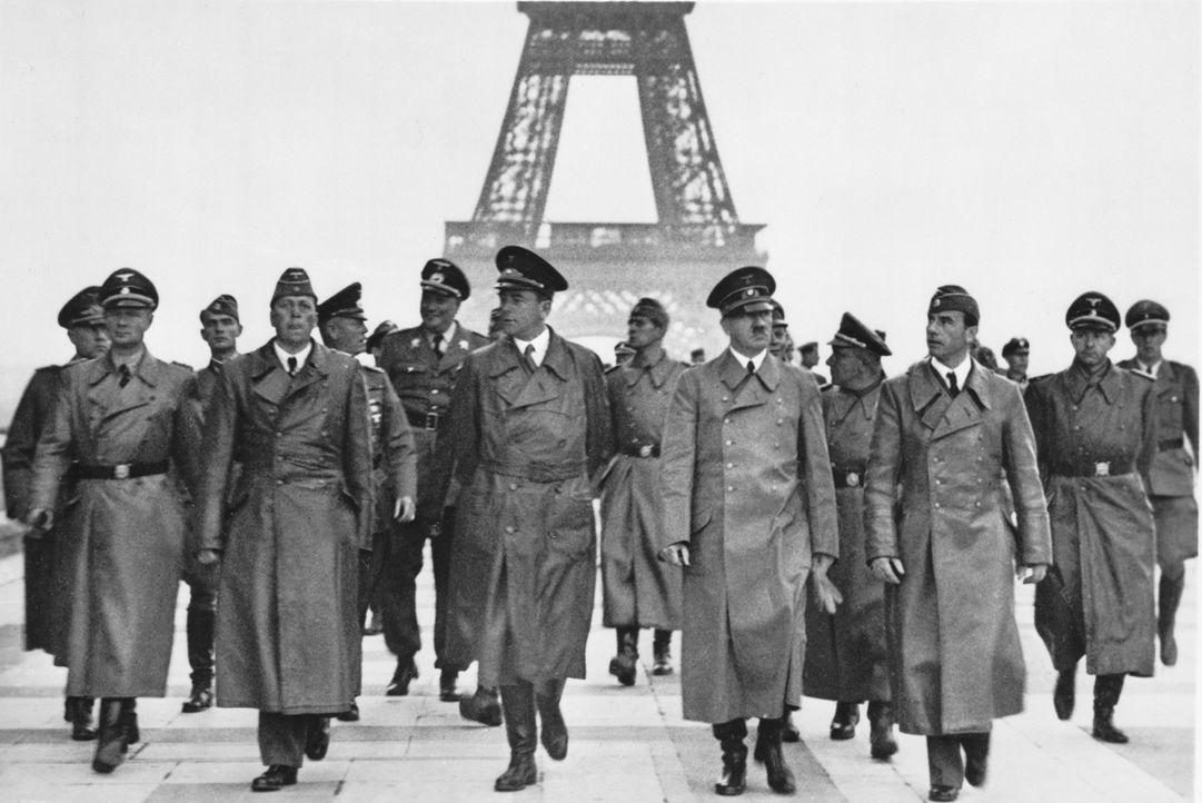 Auf dem Zenith der Macht: Adolf Hitler( vorne 2.r.) in Paris ... - Bildquelle: Library of Congress