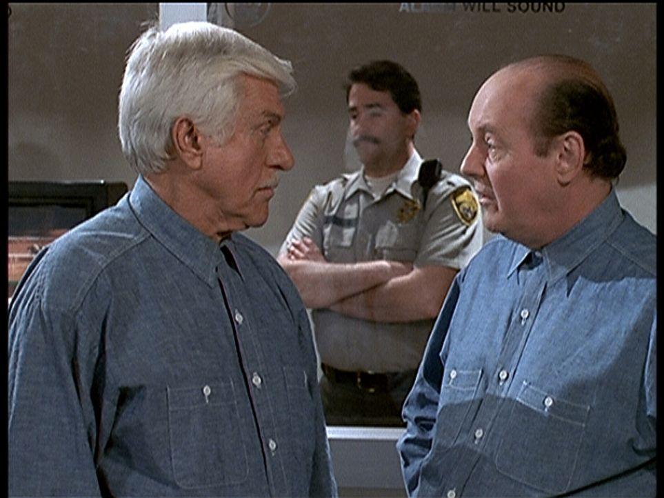 Dr. Mark Sloan (Dick Van Dyke, l.) wurde wegen Mordes zum Tode verurteilt. - Bildquelle: Viacom