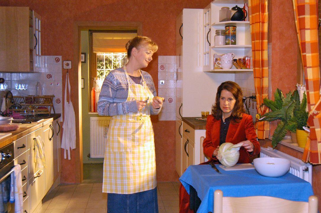 Helga (Ulrike Mai, l.) hofft, nach Agnes' Weggang eine Freundschaft mit Inka (Stefanie Höner, r.) aufzubauen. Doch die beiden tun sich schwer mitein... - Bildquelle: Monika Schürle Sat.1
