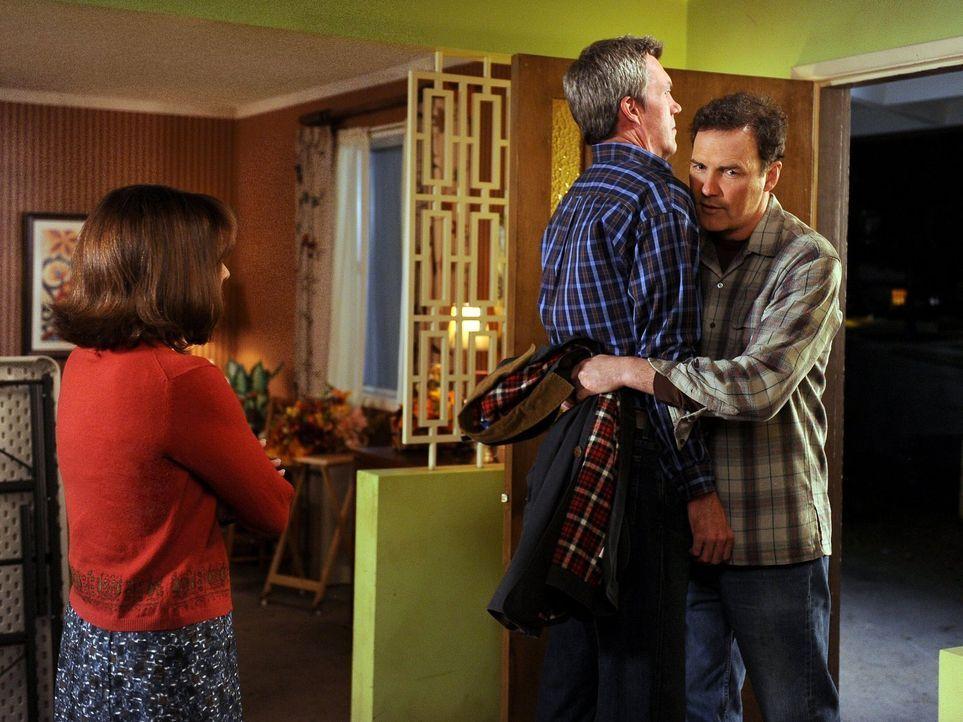 Mike (Neil Flynn, M.) und sein Bruder Rusty (Norm Macdonald, l.) sind nicht unbedingt gut darin Gefühle zu zeigen, doch Frankie (Patricia Heaton, l.... - Bildquelle: Warner Brothers