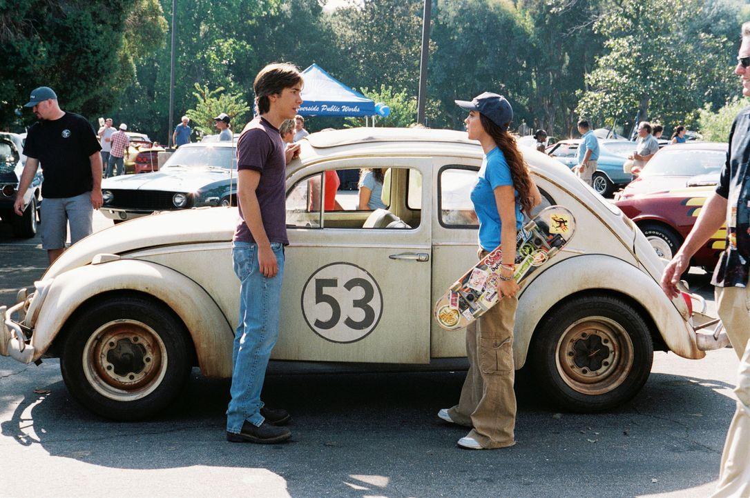 Nachdem Maggie (Lindsay Lohan, r.) Herbie vom Schrottplatz gerettet hat, ist Kevin (Justin Long, l.) ihr bei der Wiederherstellung behilflich ... - Bildquelle: Walt Disney Pictures