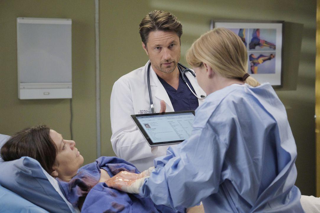 Daphne (Meredith Salenger, l.) hat eine Blutvergiftung. Meredith (Ellen Pompeo, r.) und Riggs (Martin Henderson, M.) versuchen alles, um sie zu rett... - Bildquelle: Tony Rivetti ABC Studios
