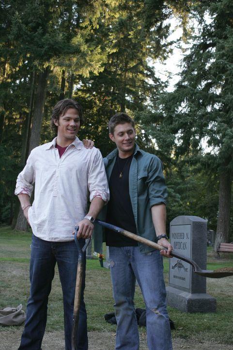 Am Grab ihrer Mutter wollen Sam (Jared Padalecki, l.) und Dean (Jensen Ackles, r.) etwas von ihrem Vater John hinterlassen ... - Bildquelle: Warner Bros. Television