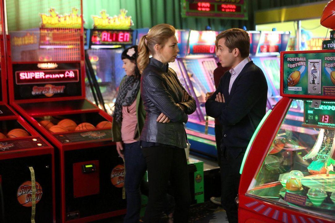 Als Kendall (Kate Jenkison, l.) merkt, dass etwas im Busch ist, stellt sie ihrem Richard (Kevin Bishop, r.) die alles entscheidende Frage ... - Bildquelle: Warner Brothers