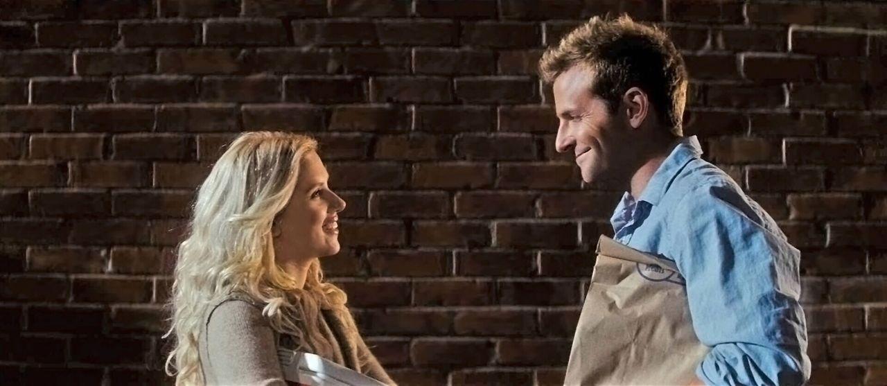 Janine misstraut ihrem Mann Ben (Bradley Cooper, r.), der sich in Annas (Scarlett Johansson, l.) Gegenwart selbst nicht mehr vertraut ... - Bildquelle: Warner Brother