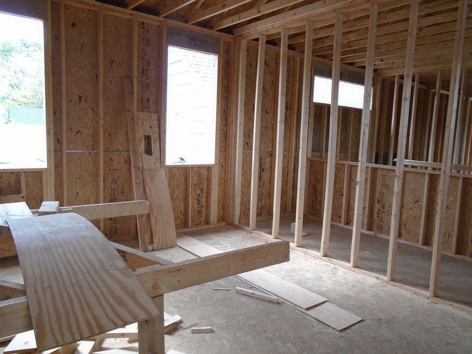 Der verlassene Rohbau steht zwar noch, ist jedoch stark vernachlässigt. Ist das Grundgerüst des 210 m² großen Hauses noch zu retten? - Bildquelle: 2016,HGTV/Scripps Networks, LLC. All Rights Reserved