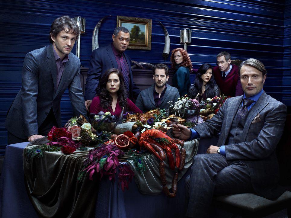 (1. Staffel) - Dr. Hannibal Lecter (Mads Mikkelsen, r.) bittet zu Tisch: Special Agent Will Graham (Hugh Dancy, l.), Dr. Alana Bloom (Caroline Dhave... - Bildquelle: Robert Trachtenberg 2013 NBCUniversal Media, LLC