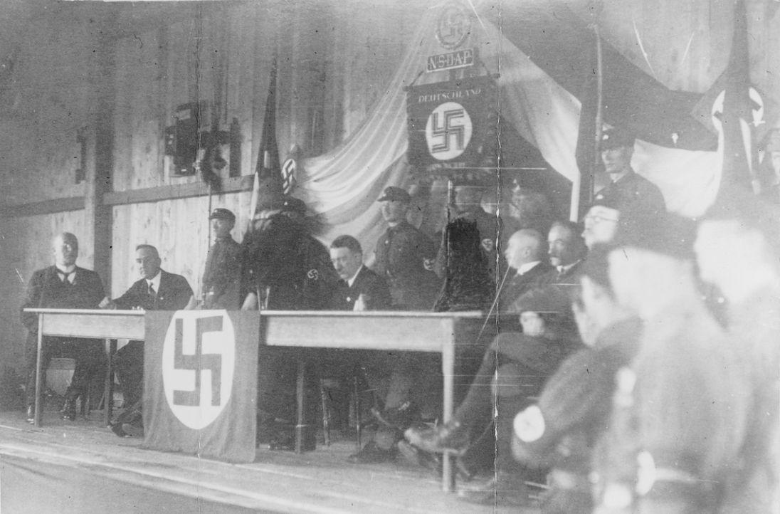 Vilsbiburg, 6. März 1927: Adolf Hitler (5.v.l.) spricht erstmals seit mehr als zwei Jahren wieder auf einer öffentlichen Versammlung in Bayern. Das... - Bildquelle: Library of Congress