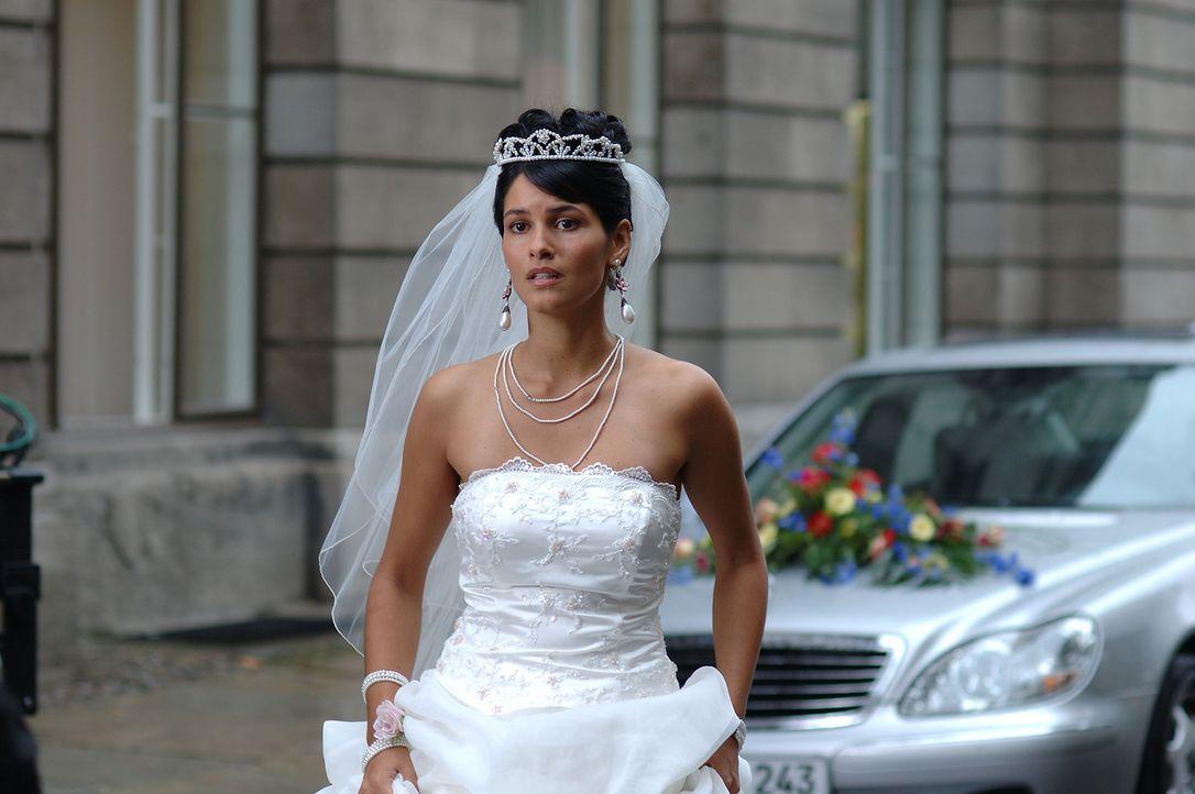 Erst am Tag ihrer Hochzeit mit dem türkischen Arzt Tarkan erkennt Aylin (Mandala Tayde), was sie wirklich will: Götz! - Bildquelle: ProSieben