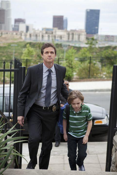 Morgan und Detective Matt Spicer (Eric Close, l.) kümmern sich um Carter (Maxim Knight, r.), der mit ansehen musste, wie seine Mutter umgebracht wu... - Bildquelle: Touchstone Television