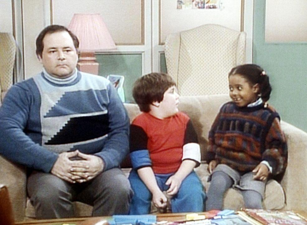 Rudy (Keshia Knight Pulliam, r.) hat Peter (Peter Costa, M.) zum Zahnarzt begleitet, doch sein Vater (Barry Moss, l.) passt trotzdem lieber gut auf,... - Bildquelle: Viacom