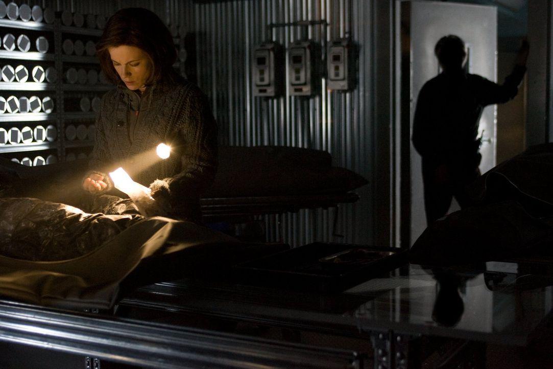 Als Carrie (Kate Beckinsale, l.) einem Geheimnis auf die Spur kommt, ahnt sie nicht, dass Dr. John Fury (Tom Skerritt, r.) darüber nicht sehr glückl... - Bildquelle: Warner Bros.