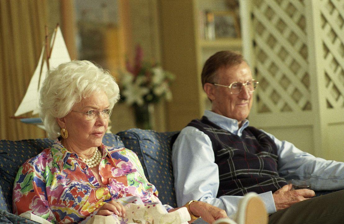 Barbara Bush (Ellen Burstyn, l.) und George H. W. Bush (James Cromwell, r.) sind sehr stolz auf ihren Sohn ... - Bildquelle: Sidney Ray Baldwin 2008 Lionsgate Entertainment. All Rights reserved.
