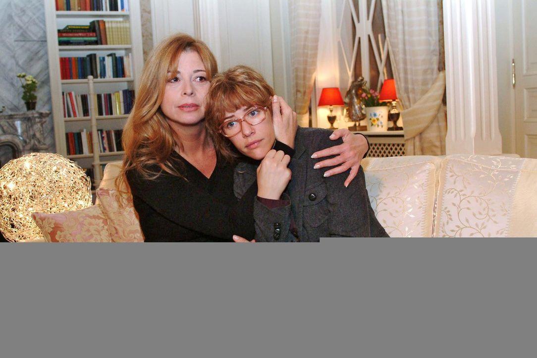 Lisa (Alexandra Neldel, r.) hat Albträume wegen David und wird von Laura (Olivia Pascal, l.) getröstet. (Dieses Foto von Alexandra Neldel darf nur... - Bildquelle: Monika Schürle Sat.1