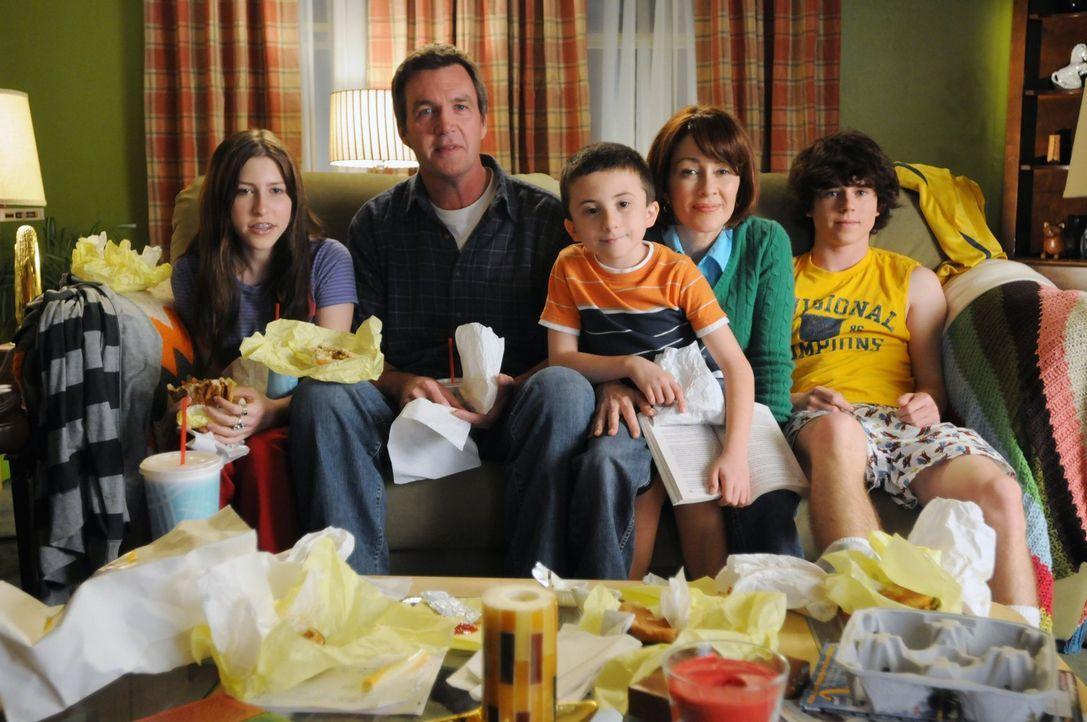 Eine ganz besondere Familie: Mike (Neil Flynn, 2.v.l.), Sue (Eden Sher, l.), Axl (Charlie McDermott, r.), Brick (Atticus Shaffer, M.) und Frankie He... - Bildquelle: Warner Brothers