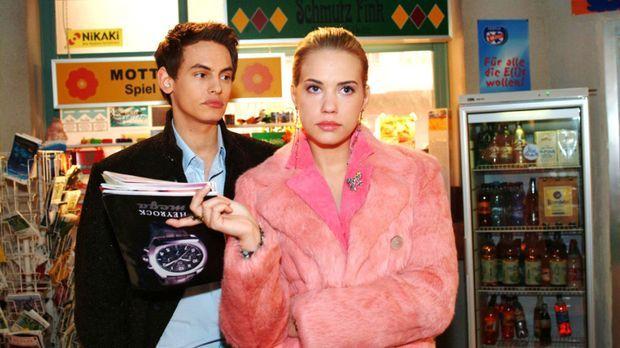 Kim (Lara-Isabelle Rentinck, r.) genießt es, dass Alex (Shai Hoffmann, l.) ih...