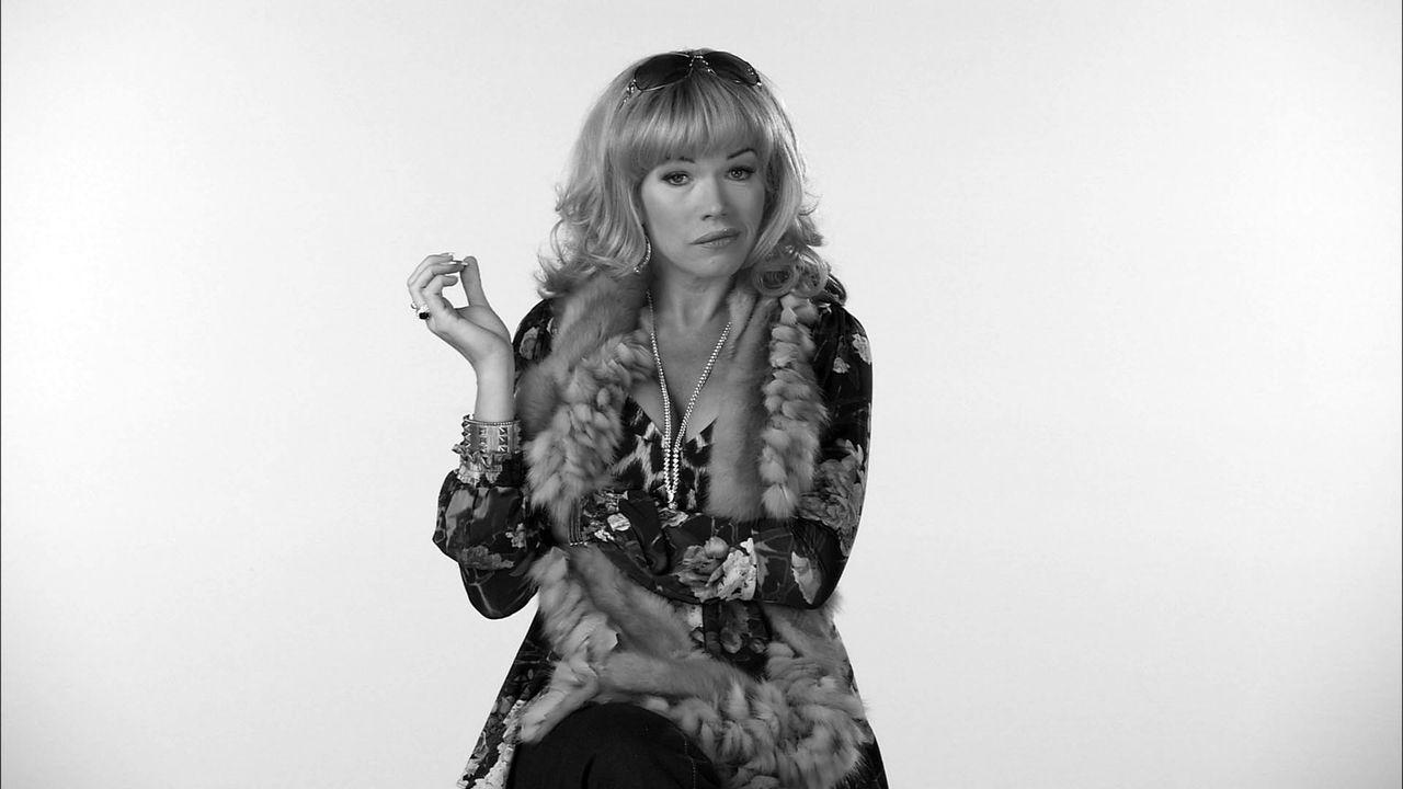 Gibt Einblicke ins Leben der Russen: Ludmilla (Anke Engelke) ... - Bildquelle: SAT.1