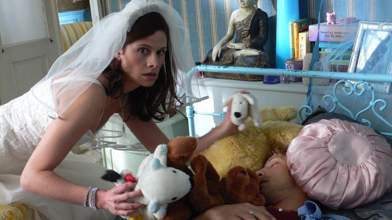 """Ausgerechnet Kim (Ellenie Salvo Gonzáles, l.), die von ihren Freunden nur """"Miss Perfect"""" genannt wird, stürzt am Vorabend ihrer Hochzeit mit einem... - Bildquelle: ProSieben"""