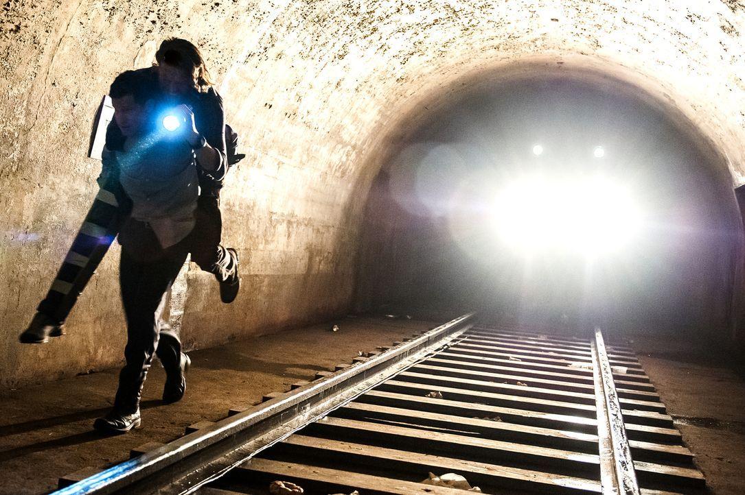Als ein städtischer Abenteurer ermordet wird, folgen Carrie und Al einer Spur in den New Yorker Untergrund ... - Bildquelle: 2013 Sony Pictures Television Inc. All Rights Reserved.