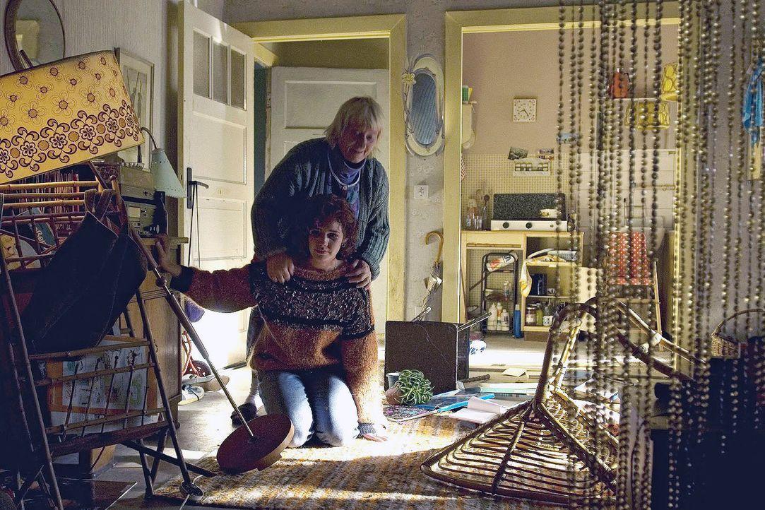 Mandy (Felicitas Woll, vorne) bricht völlig zusammen, als sie in ihre verwüstete Wohnung zurückkehrt und ihr Kind verschwunden ist. Nachbarin Karich... - Bildquelle: Dirk Plamböck Sat.1