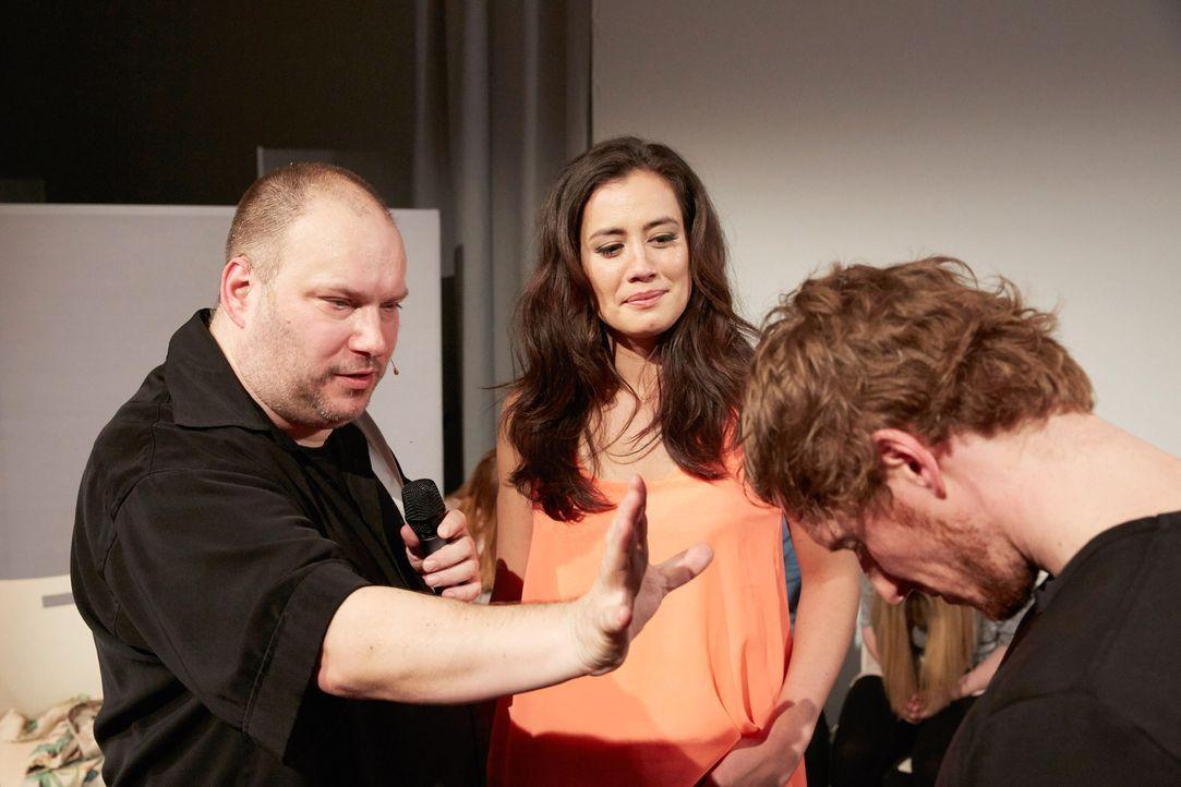 Christine Henning (M.) kümmert sich mit Hypnotiseur Aaron (l.) um alle geschädigten, verärgerten oder veräppelten Menschen, die sich bei jemandem au... - Bildquelle: Guido Engels SAT.1