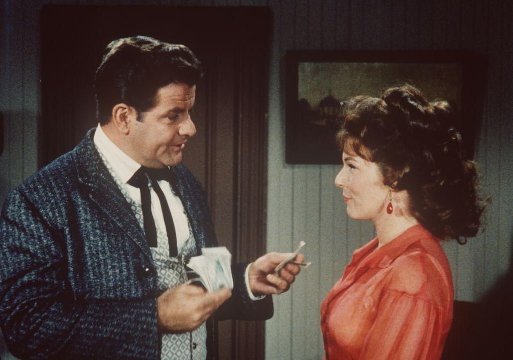 Mark Connors (Sean McClory, l.) bietet Kathy (Jacqueline Scott, r.) Geld, damit sie Virginia City verlässt. - Bildquelle: Paramount Pictures