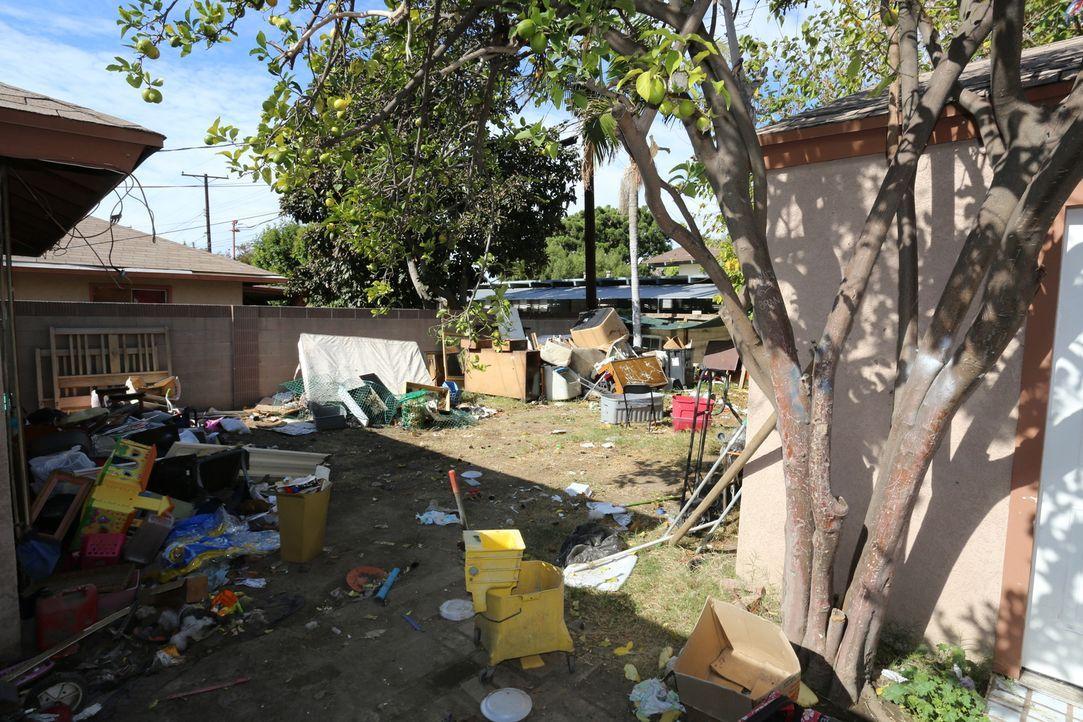 Welche Überraschungen warten hinter dem Gartenzaun auf Tarek und Christina? - Bildquelle: 2014, HGTV/Scripps Networks, LLC. All Rights Reserved.