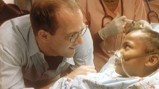 Dr. Green (Anthony Edwards, l.) spricht der schwer kranken Kanesha Mut zu. ©...