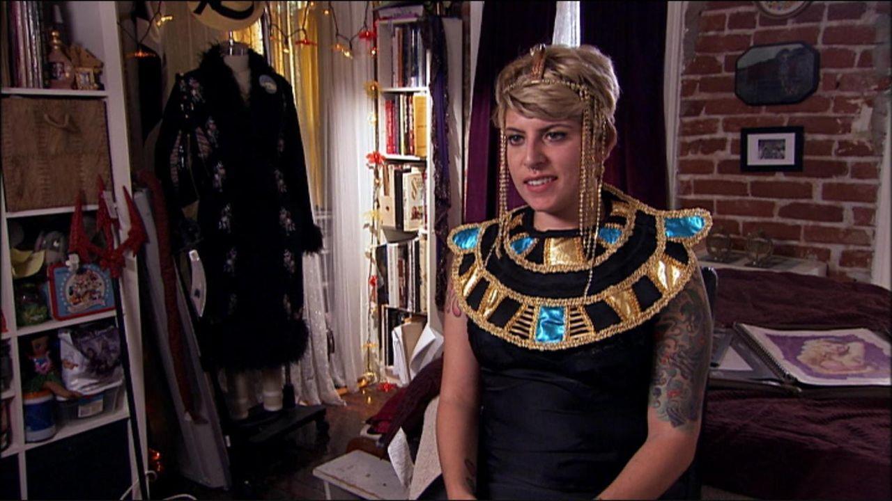 Deborah feiert jeden Tag Halloween. Sie liebt auffällige Kostüme und die trägt sie selbst im Alltag ...