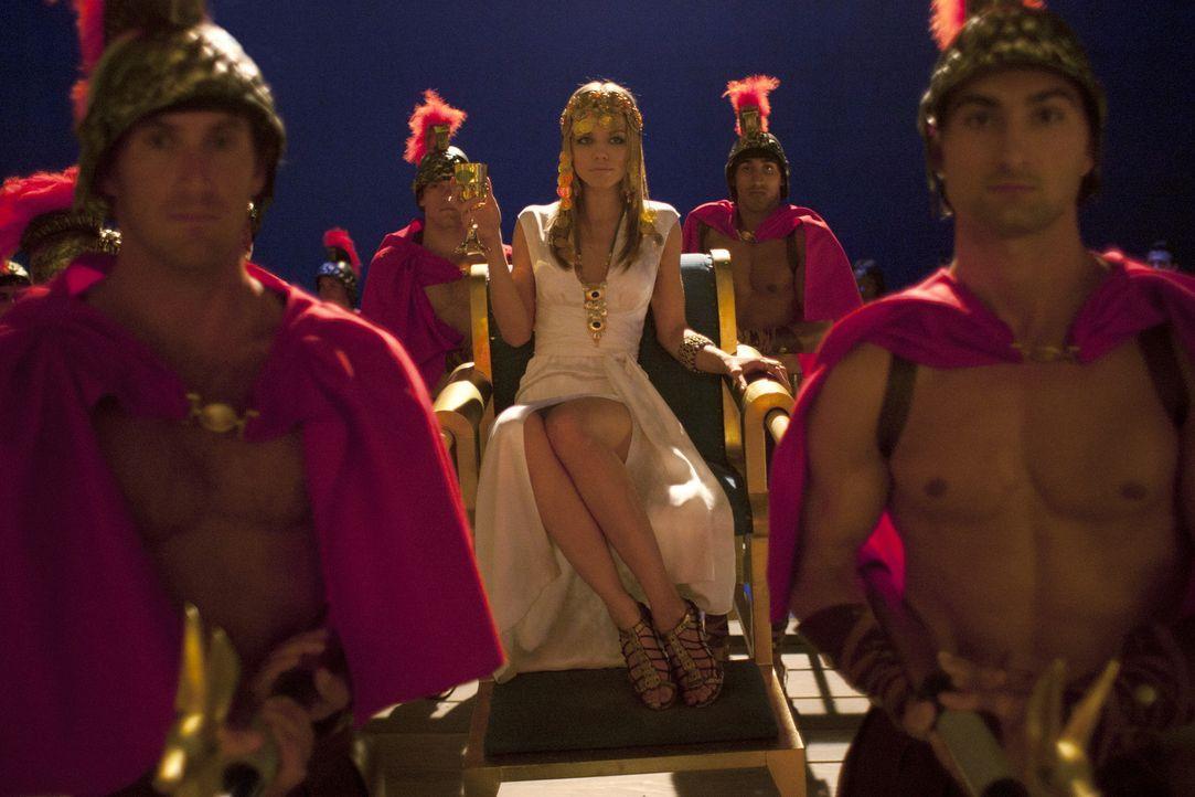 Auf der großen Semester Opening Party, der GREEK Party, ist Naomi (AnnaLynne McCord, M.) der Star - zumindest für kurze Zeit ... - Bildquelle: TM &   2011 CBS Studios Inc. All Rights Reserved.