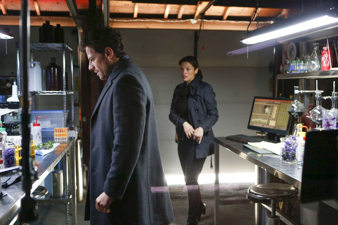 Kommen einem Giftmischer auf die Spur: Dr. Henry Morgan (Ioan Gruffudd, l.) und Detective Jo Martinez (Alana de la Garza, r.) ... - Bildquelle: Warner Brothers