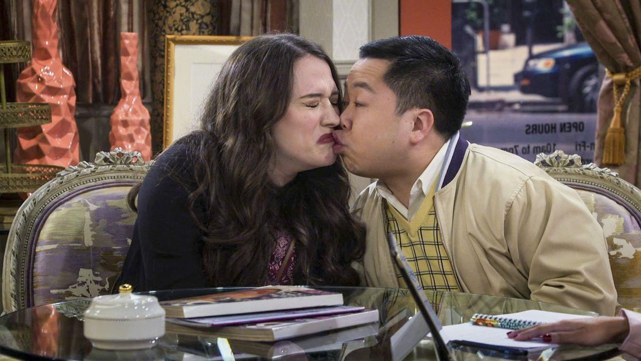 Um mehr über Bobbys Exfreundin herauszufinden, geben sich Max (Kat Dennings, l.) und Han (Matthew Moy, r.) als Paar aus und engagieren Jessica als H... - Bildquelle: Warner Bros. Television
