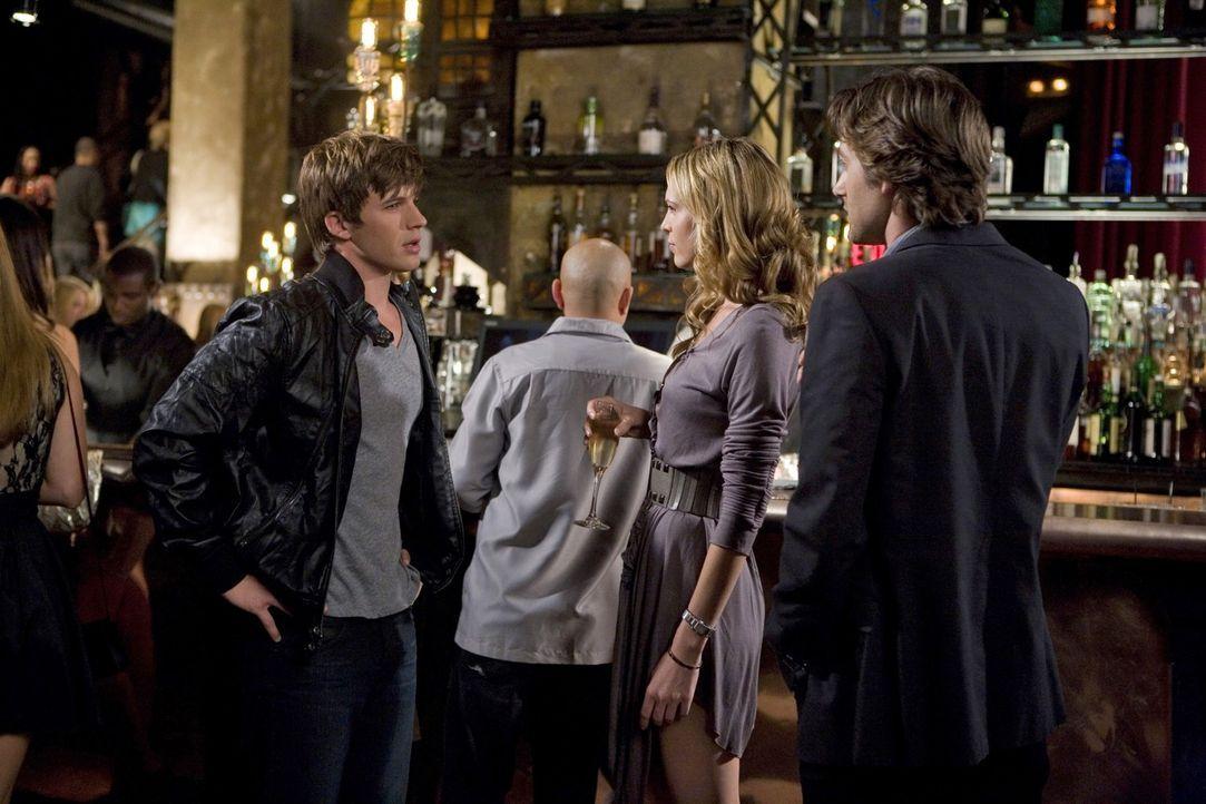 Jen (Sara Foster, M.) will auf keinen Fall, dass Ryan (Ryan Eggold, r.) von ihrem Techtelmechtel mit Liam (Matt Lanter, l.) erfährt und greift desh... - Bildquelle: TM &   CBS Studios Inc. All Rights Reserved