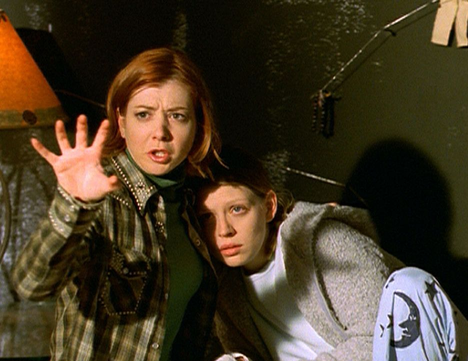 Willow (Alyson Hannigan, l.) zieht mit Zauberkraft eine Schutzwand um das Versteck, da sie bereits von den Rittern belagert werden. - Bildquelle: TM +   2000 Twentieth Century Fox Film Corporation. All Rights Reserved.