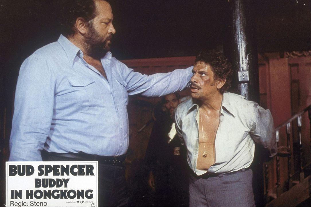 Stillhalten junger Mann - oder Plattfuß (Bud Spencer, l.) bringt dir Manieren bei ... - Bildquelle: Constantin Film