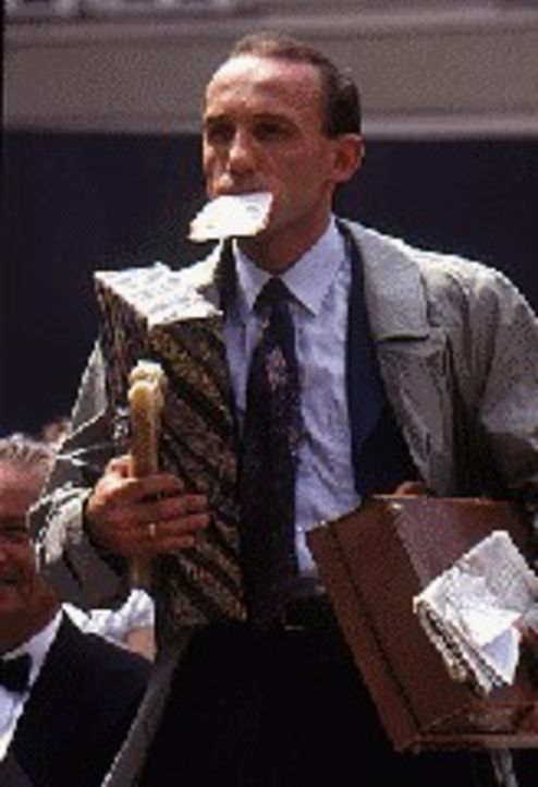 Nach seiner Verabschiedung im Wiener Kommissariat hetzt Stockinger (Karl Markovics) nach Salzburg zur Aufführung von 'Jedermann', zu der seine Frau... - Bildquelle: Huber Sat.1