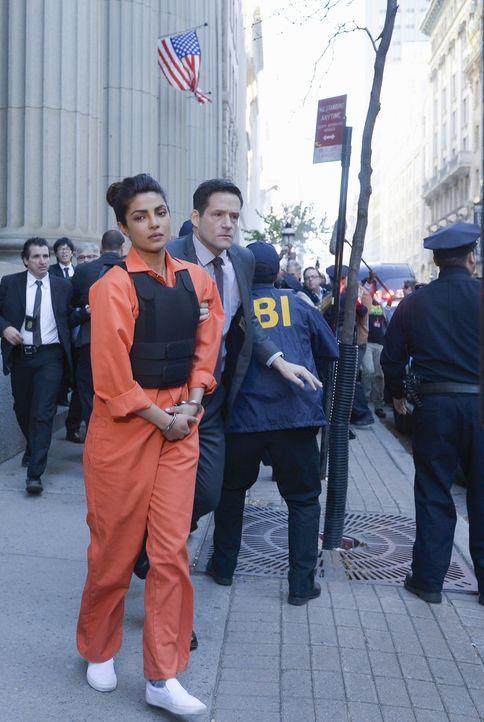 Alex (Priyanka Chopra, l.) hat sich für schuldig bekannt, um Undercover gemeinsam mit Liam (Josh Hopkins, r.) und den anderen, den wahren Bomber zu... - Bildquelle: Philippe Bosse 2015 ABC Studios