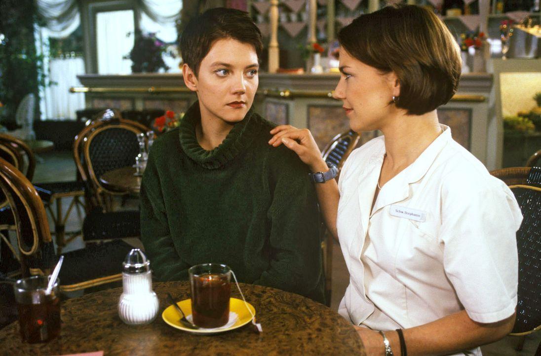 Jule (Katharina Schmaltz, l.) steht vor einer schwierigen Lebensentscheidung, die ihr auch Schwester Stephanie (Claudia Schmutzler, r.) nicht abnehm... - Bildquelle: Noreen Flynn Sat.1