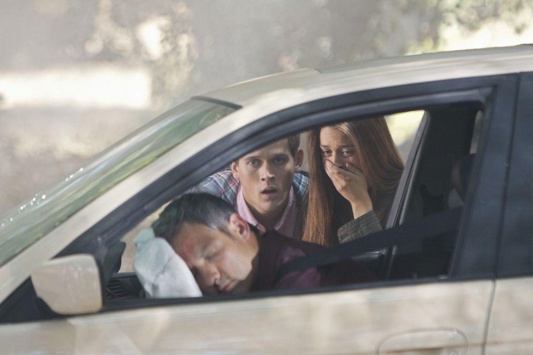 Ein junges Paar (Alexandria Terry, r. und Kevyn Ruiz, M.) macht eine grausame Entdeckung ... - Bildquelle: ABC Studios