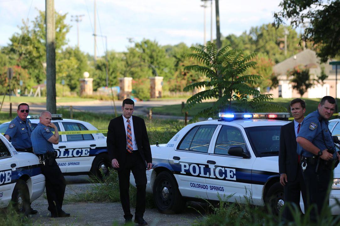 Lt Joe Kenda (Carl Marino, M.) wird zu einem Tatort gerufen - ein junger Mann namens George Ferribee liegt tot in einem Feld. Wer hat ihn kaltblütig... - Bildquelle: Jupiter Entertainment