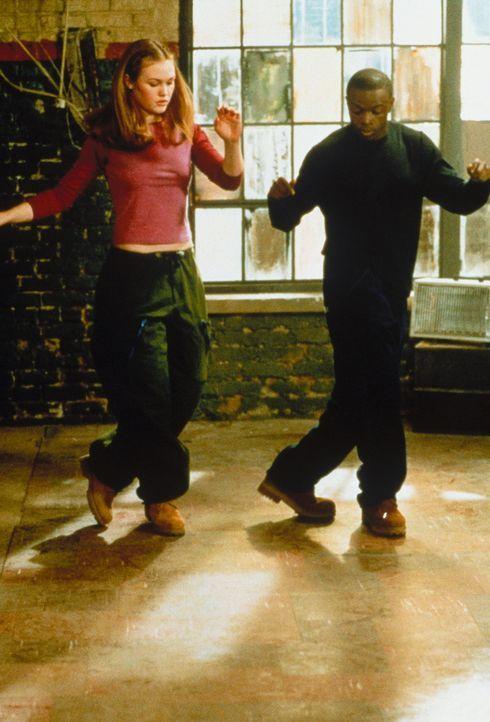 Langsam führt Derek (Sean Patrick Thomas, r.) die Ballettratte Sara (Julia Stiles, l.) ans Hip-Hop-Tanzen heran. Schon bald teilt diese seine Leide... - Bildquelle: Paramount Pictures