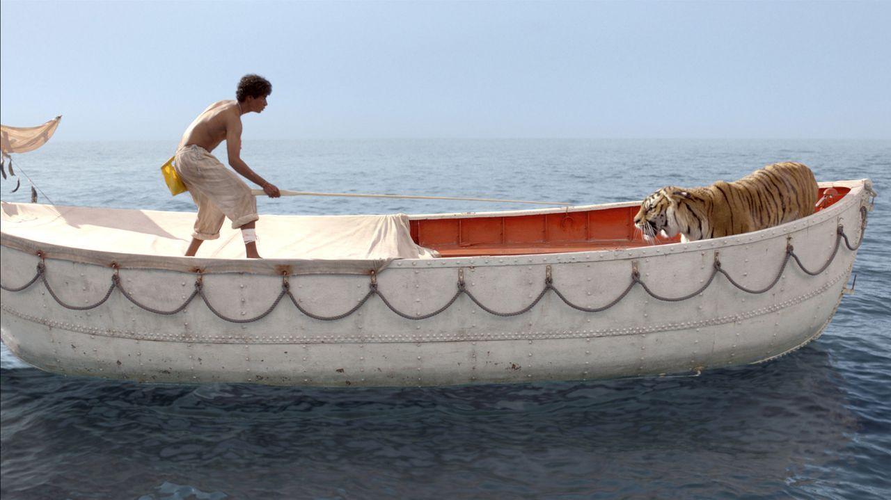 Auf der Überfahrt nach Kanada gerät das Schiff in einen Sturm und kentert. Der indische Junge Pi (Suraj Sharma) kann sich scheinbar als Einziger in... - Bildquelle: 2012 Twentieth Century Fox Film Corporation. All rights reserved.