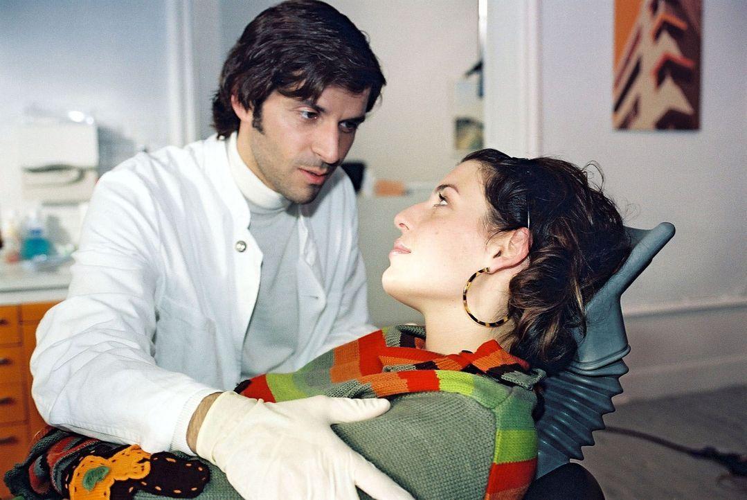 Annabelle (Elena Uhlig, r.) lässt nichts unversucht, ihrem Traummann (Pasquale Aleardi, l.) näher zu kommen ... - Bildquelle: Gordon Mühle Sat.1