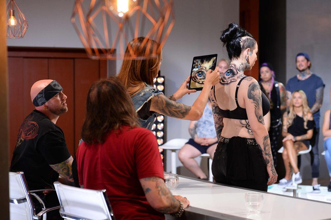 Was wird die Jury (linke Seite v.l.n.r.) Randy Engelhard, Sophia Thomalla, Mario Barth über das Tattoo von Alex auf Joanas (stehend) Rücken sagen? - Bildquelle: Willi Weber sixx