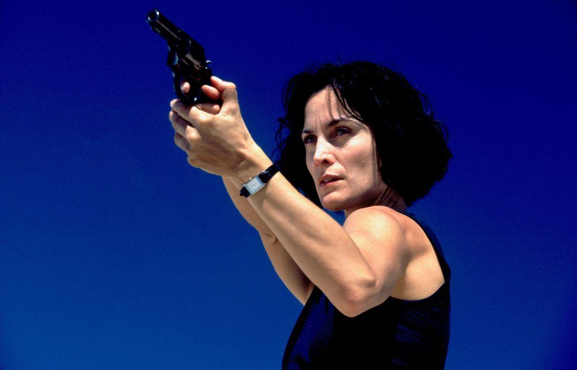Der Gesuchte ist der FBI-Agentin Fran Kulok (Carrie-Anne Moss) immer einen Schritt voraus ... - Bildquelle: 2006 Sony Pictures Television International