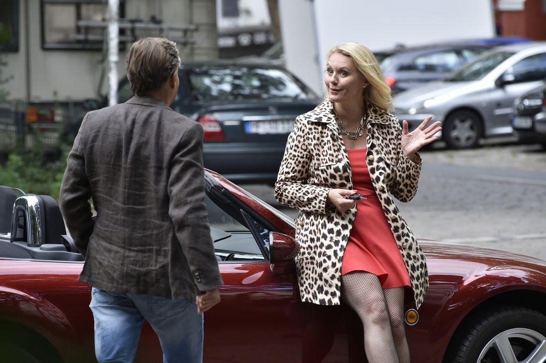 Felicitas ist zutiefst verunsichert, als sie Hendrik (Stephan Baumecker, l.) zufällig mit einer ihr unbekannten, attraktiven Frau (Darstellerin unbe... - Bildquelle: Claudius Pflug SAT.1